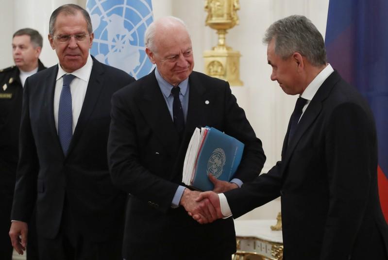 مبعوث الأمم المتحدة لدى سوريا ستافان دي ميستورا يصافح وزير الدفاع الروسي سيرجي شويجو