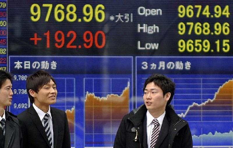 متعاملون أثناء التداول في البورصة اليابانية
