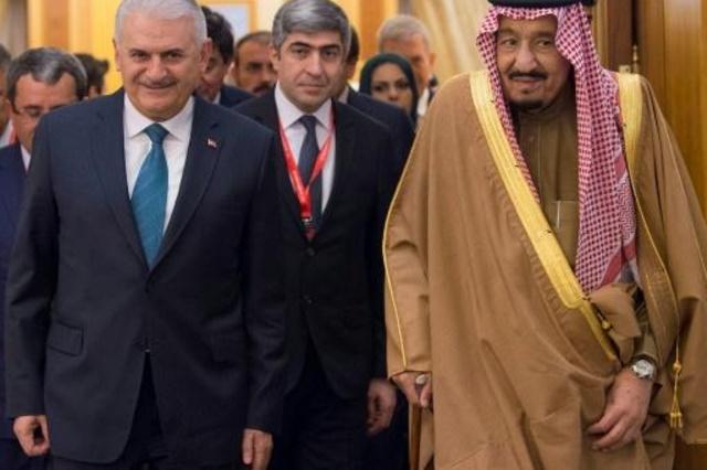 العاهل السعودي الملك سلمان بن عبد العزيز  مع رئيس الوزراء التركي بن علي