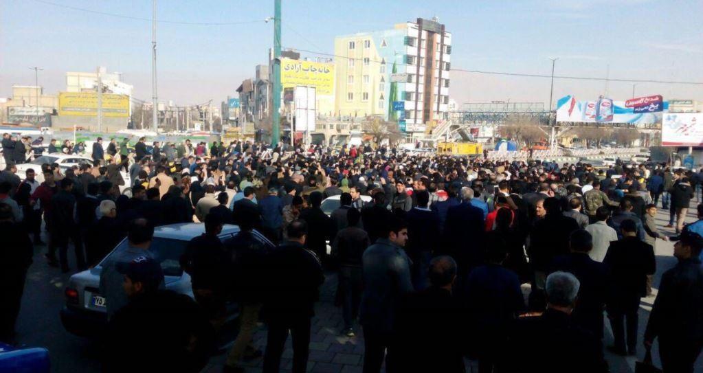 المتظاهرين في ساحة  الشهداء بايران