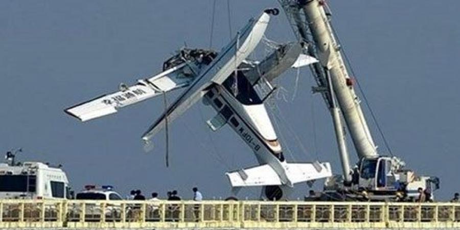 صورة للطائرة المنكوبة خلال استخراجها من النهر