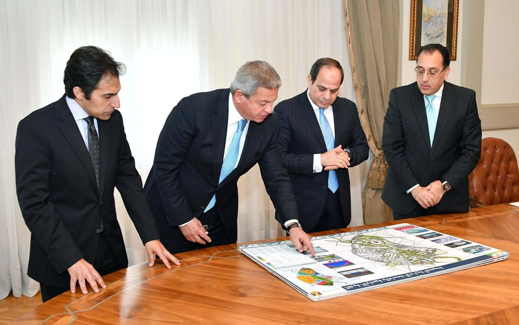 الرئيس السيسي مع الدكتور مصطفي مدبولي  والمهندس خالد عبد العزيز