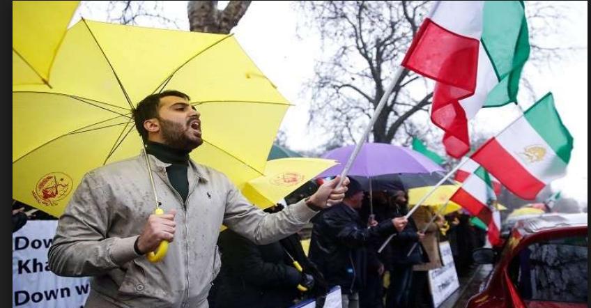 إيرانيين في إقليم أصفهان خلال احتجاجات مناهضة للحكومة اليوم