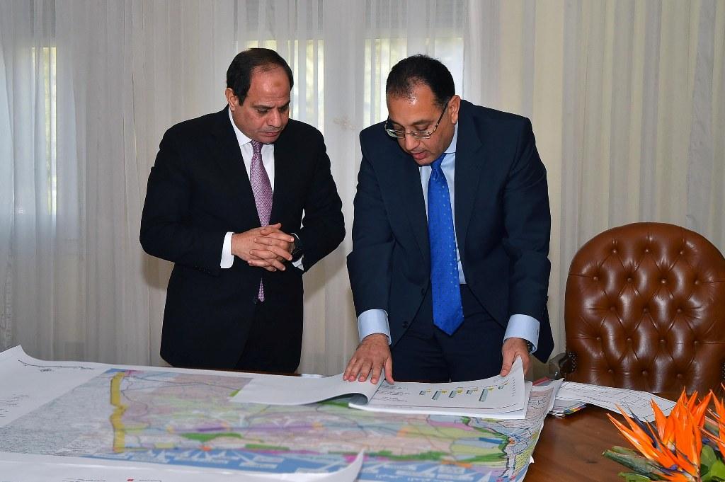 السيسي مع وزير الإسكان