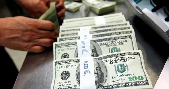 الدولار عملة التداول الرئيسية في العالم صورة ارشيفية