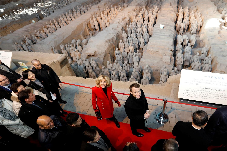 الرئيس الفرنسى بصحبة زوجته فى متحف متحف تشين في شيان - رويترز