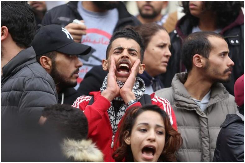 محتجون ضد زيادة الأسعار في تونس العاصمة