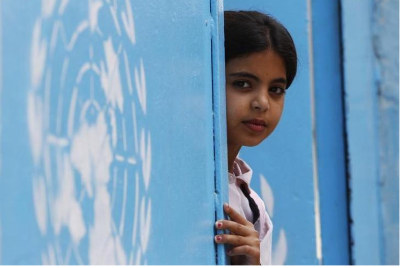 طفلة فلسطينية بمخيم للاجئين تابع لوكالة الأونروا بجنوب لبنان