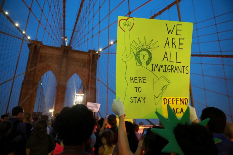 محتجون في مسيرة بمانهاتن على قرار ترامب بشأن داكا - رويترز
