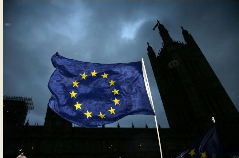 علم الاتحاد الاوروبي يرفرف امام البرلمان البريطاني في لندن