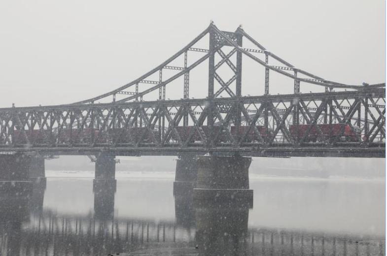 شاحنات تعبر جسرا بين كوريا الشمالية والصين