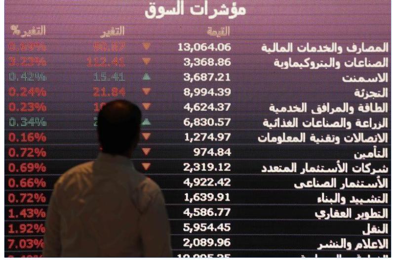شاشة إلكترونية تعرض أسعار أسهم في البورصة السعودية بالرياض