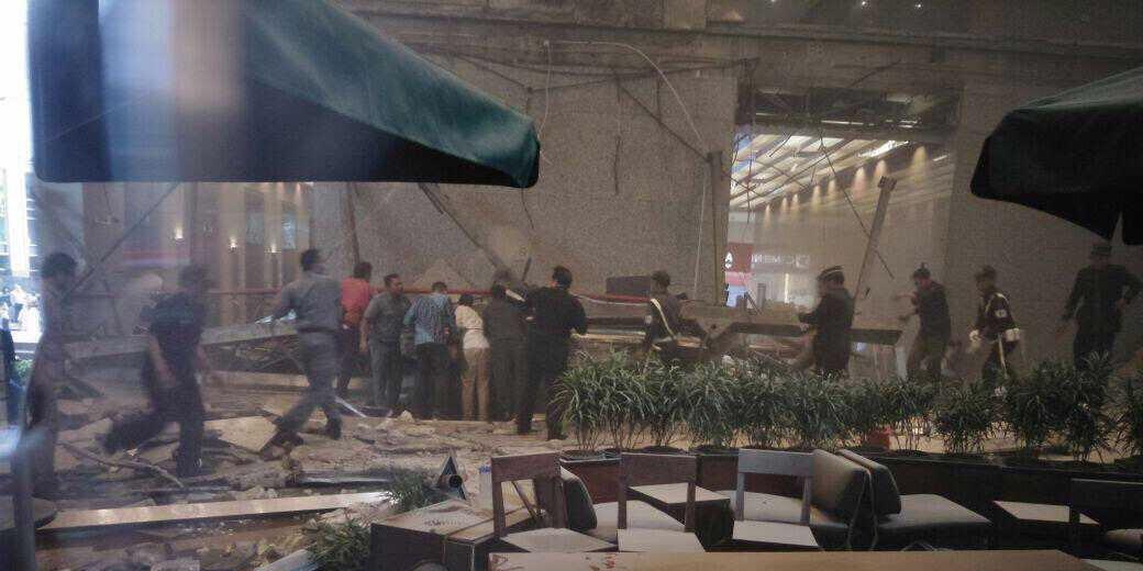 صورة لموقع انهيار الطابق بالبورصة الإندونيسية.