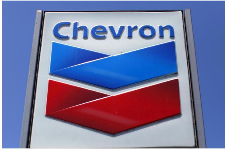 شعار شركة شيفرون على إحدى محطات الوقود في كاليفورنيا.