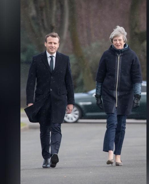 رئيسة الوزراء البريطانية تيريزا ماي بجوار الرئيس الفرنسي إيمانويل ماكرون في بريطانيا