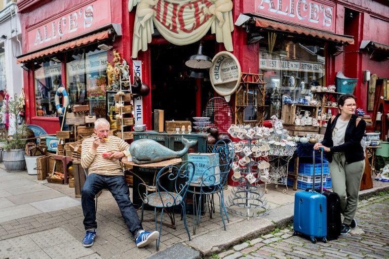 محل تجاري في شارع بورتو بيلو في حي نوتينغ هيل في غرب لندن