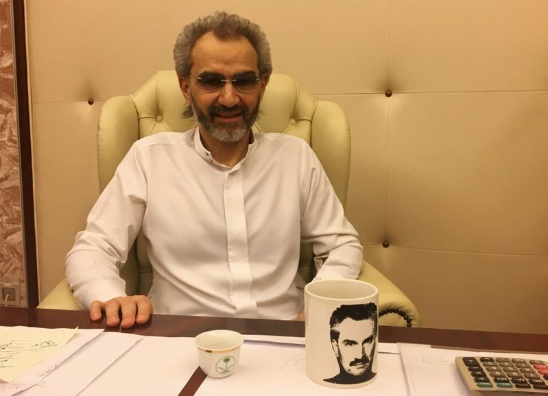 الملياردير السعودي الأمير الوليد بن طلال يتحدث خلال مقابلة يوم السبت مع رويترز في فندق ريتز كارلتون بالرياض