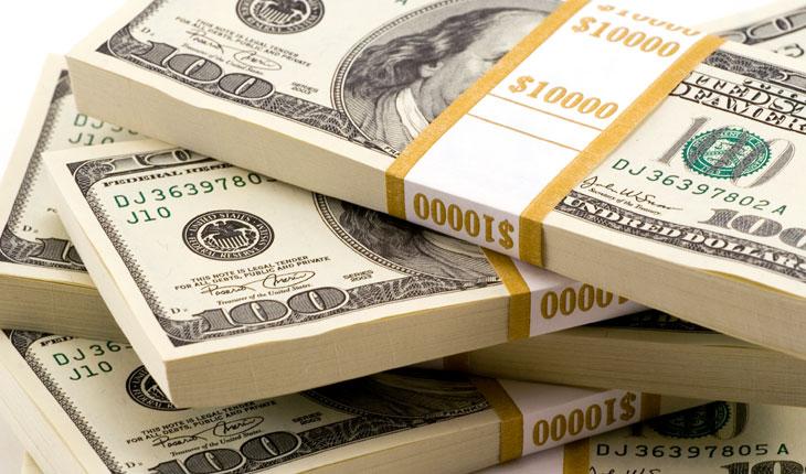 الدولار يتخلى عن مكاسبه