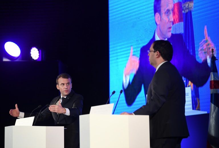 الرئيس الفرنسي ايمانويل ماكرون ورئيس وزراء تونس يوسف الشاهد في اليوم الختامي للمنتدى الاقتصادي الفرنسي التونسي في تونس