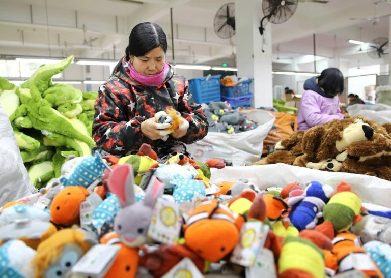 موظفات صينيات في مصنع للألعاب المخصصة للتصدير في ليانيونغانغ بشرق الصين