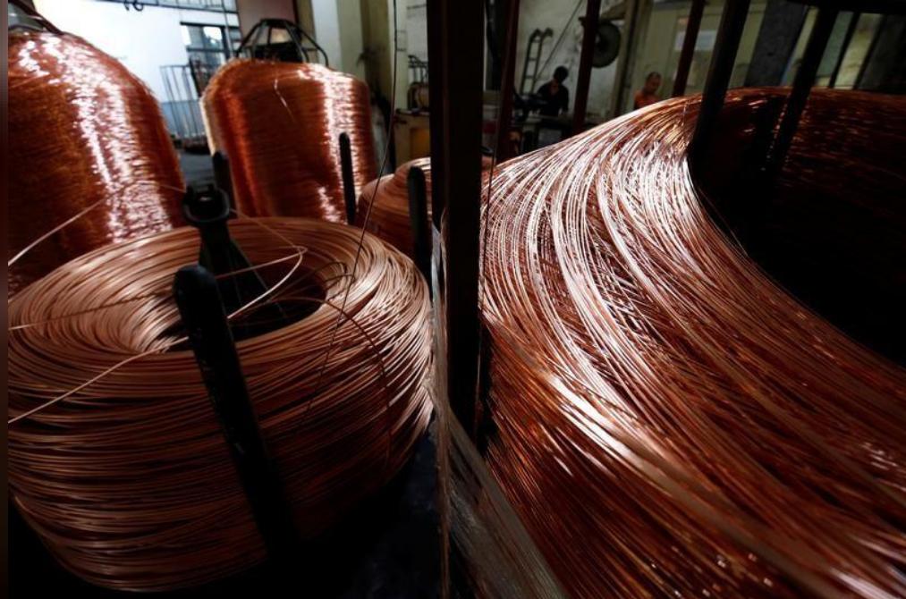أسلاك نحاسية في مصنع على مشارف هانوي في فيتنام
