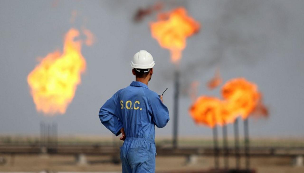 مهندس بترول بأحد حقول النفط العراقية
