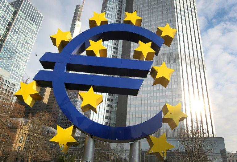 شعار اليورو للفنان الالماني اوتمار هورل امام المقر السابق للبنك المركزي الاوروبي في فرانكفورت