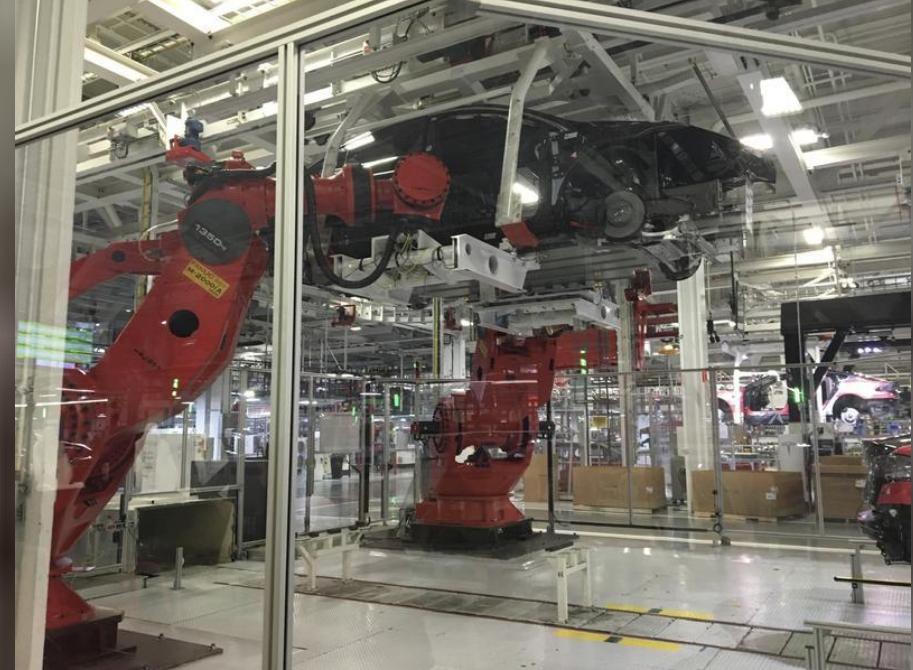 مصنع تيسلا موتورز في ولاية كاليفورنيا الأمريكية