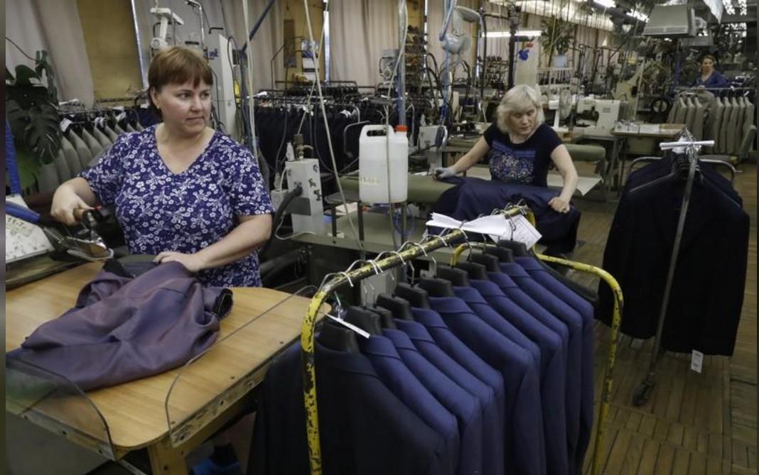 عاملتان في مصنع للملابس في موسكو