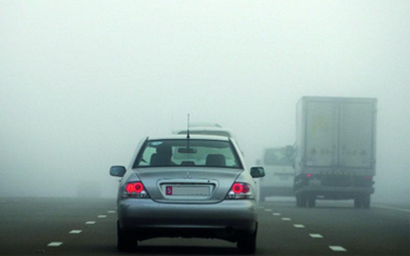 مرور العين تدعو السائقين للالتزام بالقيادة الآمنة أثناء الضباب