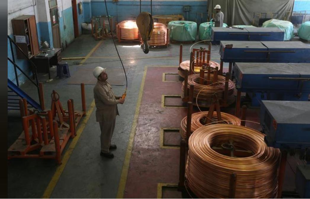 قضبان من النحاس في مصنع في باكستان
