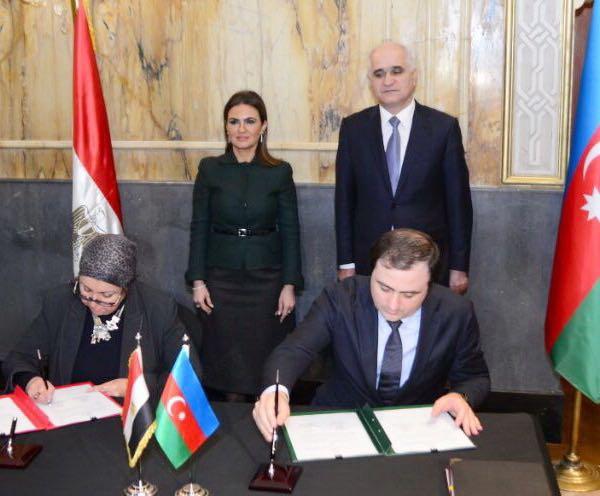 الدكتورة سحر نصر وزيرة الاستثمار المصرية وشاهين مصطفي ييف وزير الاقتصاد عن الجانب الأذربيجاني