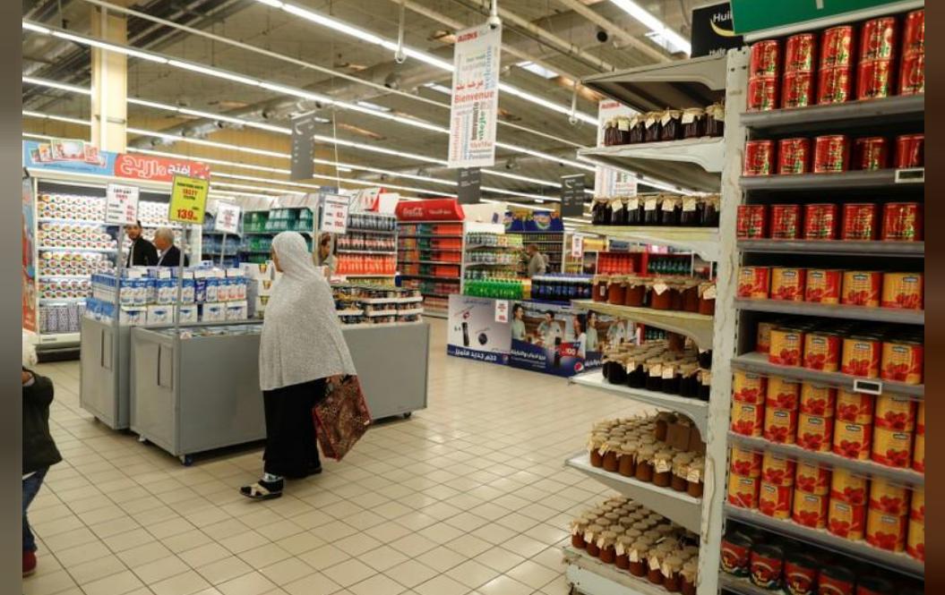 سيدة تتسوق في مركز أرديس للتسوق بالعاصمة الجزائرية