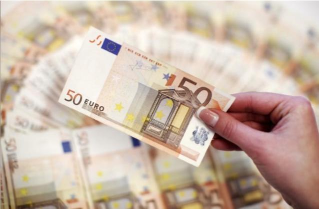 موظف يعرض عملة ورقية فئة 50 يورو