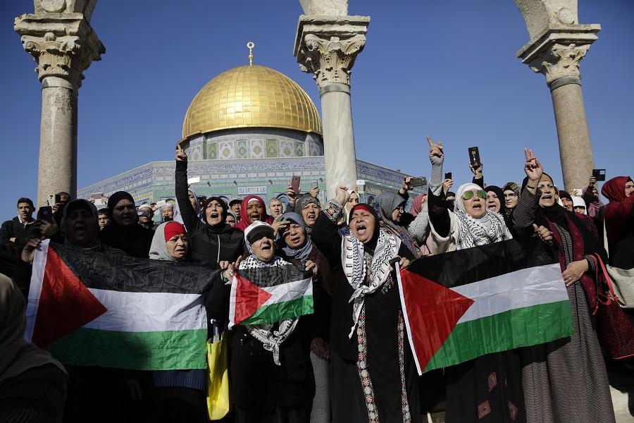 فلسطنيون يتظاهرون أمام القدس
