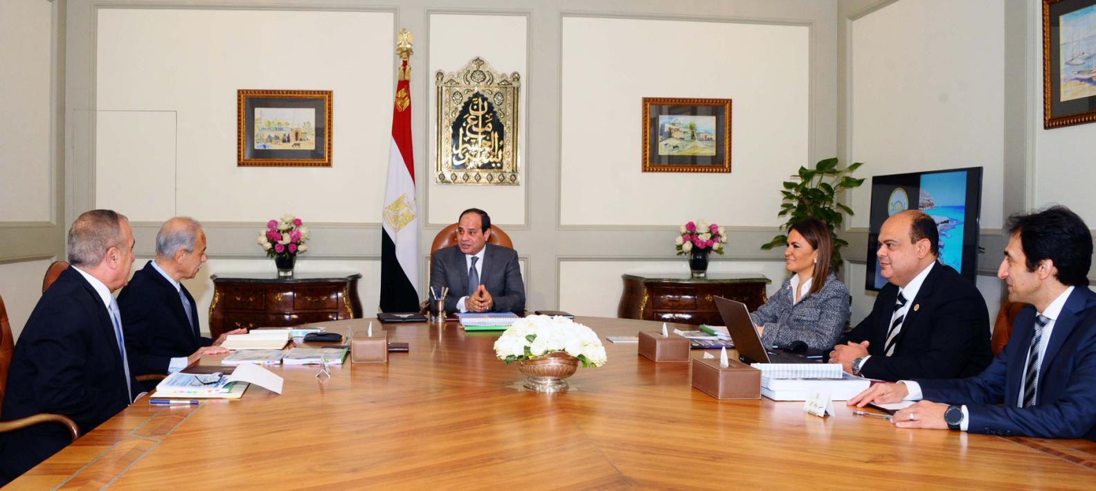 الرئيس المصري  يجتمع مع رئيس مجلس الوزراء ووزيرة الاستثمار ووزير التنمية المحلية ومحافظ مطروح