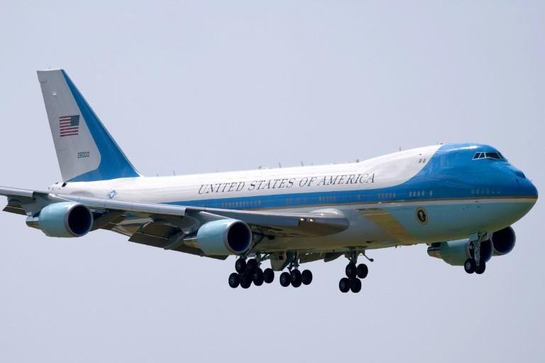 طائرة الرئاسية الاولى اثناء هبوطها في مطار هانغتشو الدولي الصيني