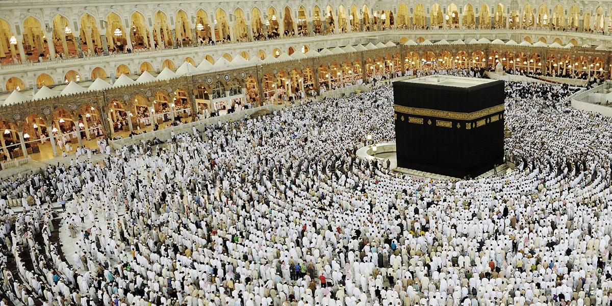 المسلمون يطوفون حول الكعبة