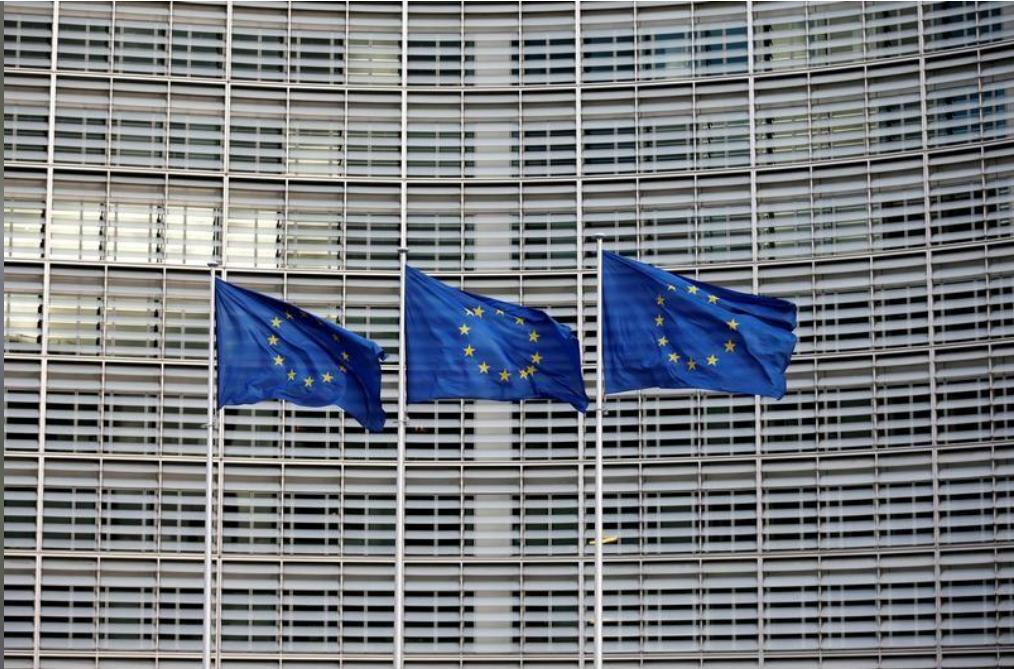 أعلام الاتحاد الاوروبي خارج مقر المفوضية الاوروبية في بروكسل