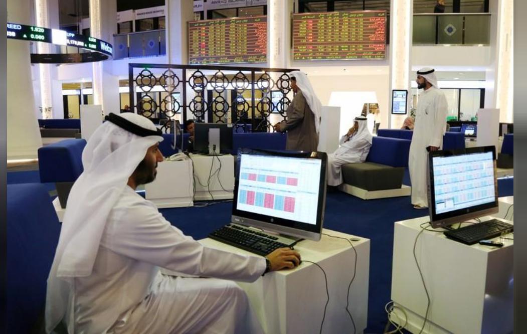 متعاملون أثناء التداول في بورصة دبي