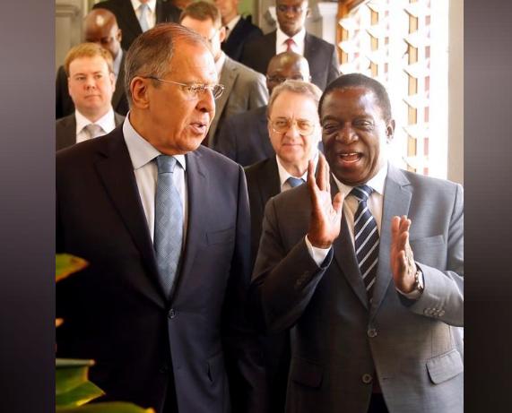 وزير الخارجية الروسي سيرجي لافروف (إلى اليسار) ورئيس زيمابوي إيمرسون منانجاجوا