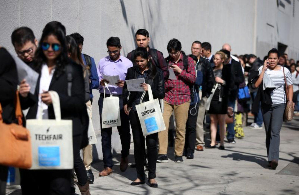 أشخاص يصطفون انتظارا لحضور معرض للتوظيف في كاليفورنيا