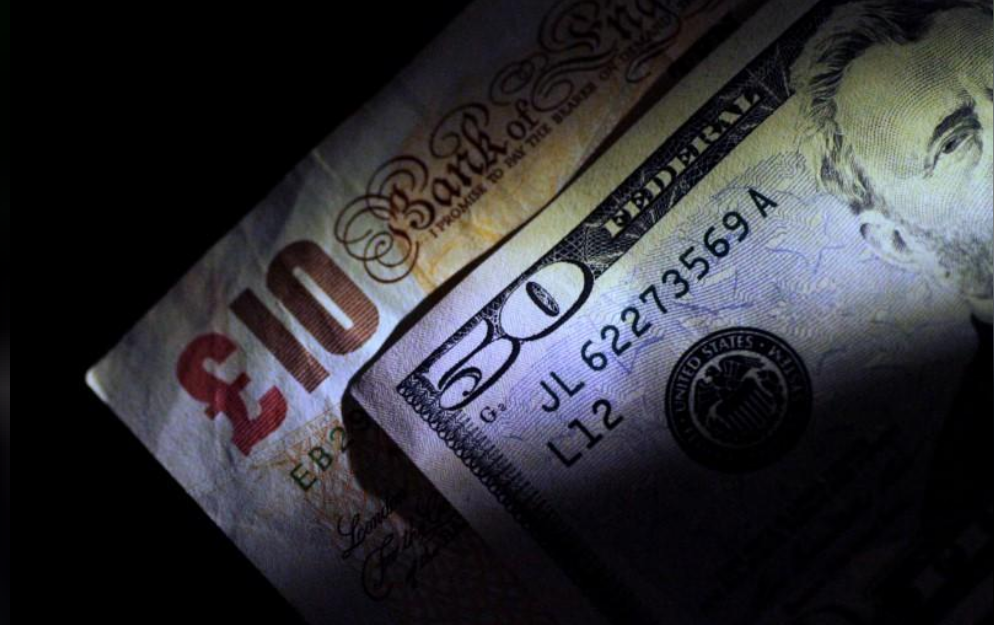 ورقتان نقديتان بالدولار الأمريكي والجنيه الاسترليني