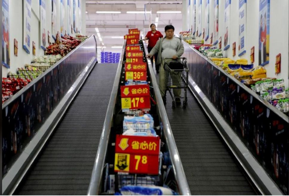 متسوقون في متجر في الصين