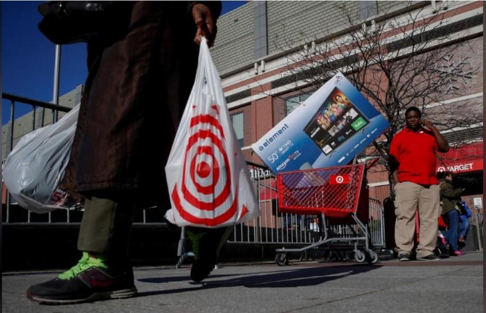 متسوقون يخرجون من متجر في نيويورك