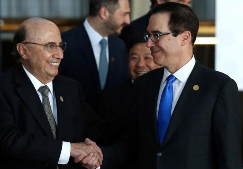 وزير المالية البرازيلي هنريك ميريليس (الى اليسار) يصافح وزير الخزانة الأمريكي ستيفن منوتشين