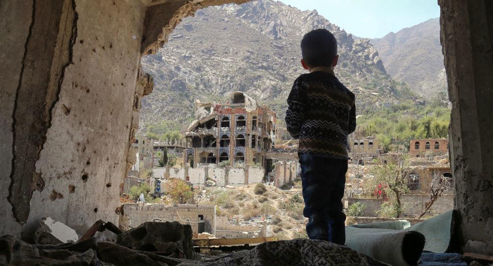 طفل يمنى يطالع مشاهد الخراب  التى خلفها الحوثيون - أرشيفية