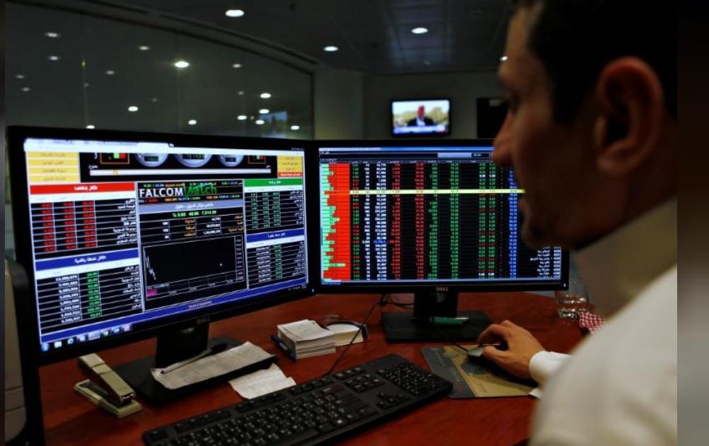 متعامل سعودي يراقب اسعار أسهم بالبورصة السعودية في الرياض