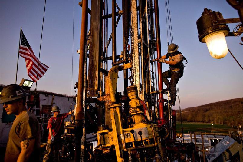 النفط يتعافى بدعم من هبوط في المخزونات الأمريكية