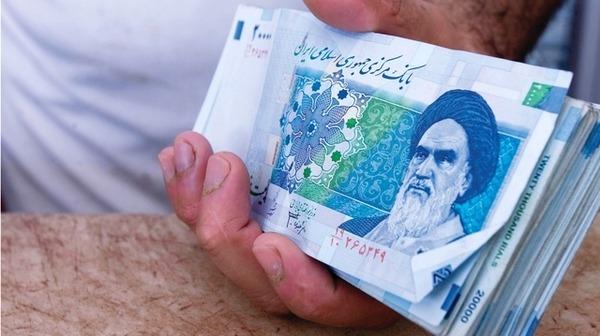 إيران تمنع تداول العملات الأجنبية بعد تهاوي عملتها